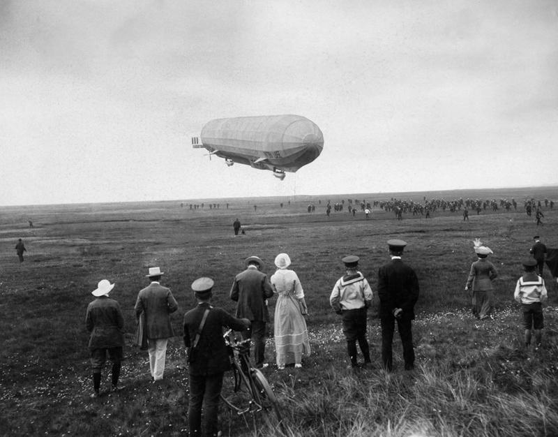 """Landung des Zeppelins """"Viktoria Luise"""" in Westerland auf Sylt, 1912 © ullstein bild"""