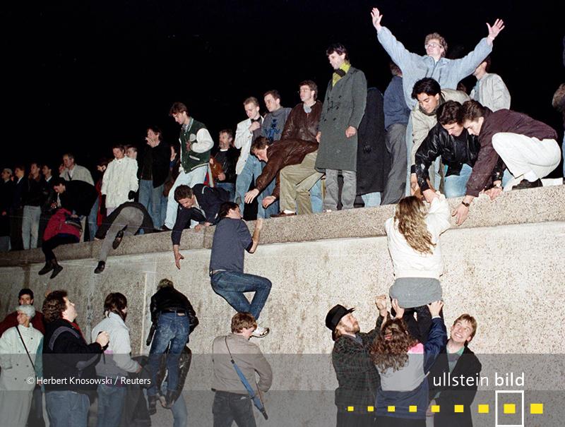 1989: Während der Friedlichen Revolution der DDR fällt die Berliner Mauer.