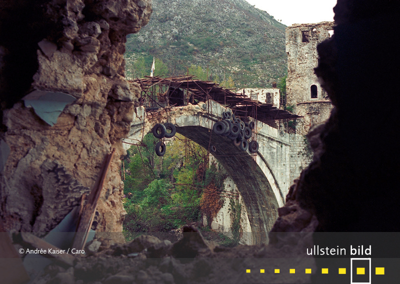 1993: Die Alte Brücke (Stari Most) von Mostar stürzt nach mehrstündigem Beschuss während des Bosnienkriegs ein.
