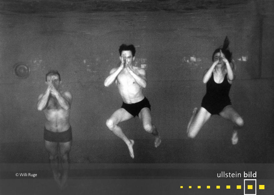 Schwimmer aufgenommen durch das Beobachtungsfenster im Schwimmbecken auf dem Reichssportfeld in Berlin (1936)