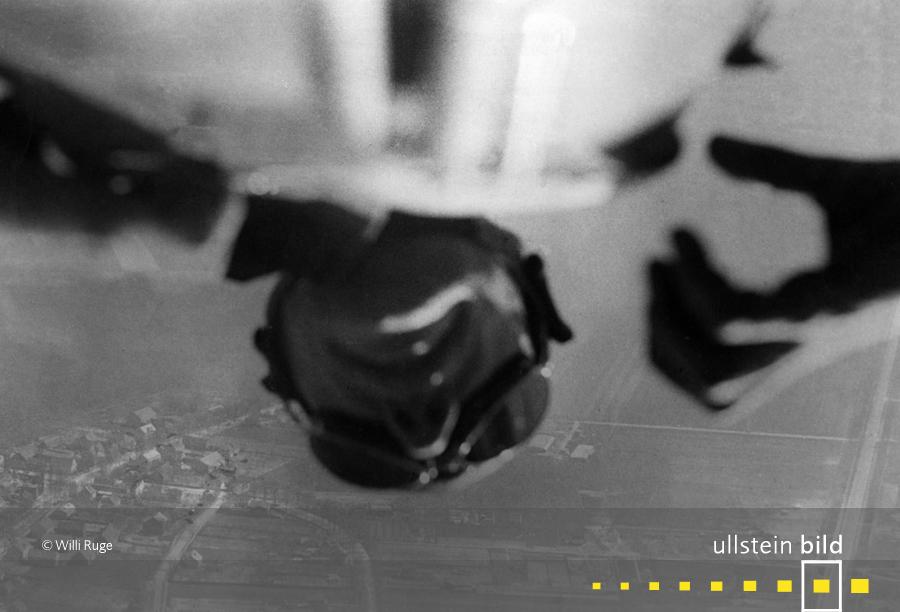 """""""Ich fotografiere mich beim Absturz mit dem Fallschirm"""" (1931)"""