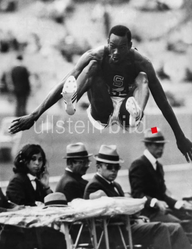 Bob Beamon springt bei den Olympischen Spielen in Mexico City den Fabel-Weltrekord im Weitsprung von 8,90m