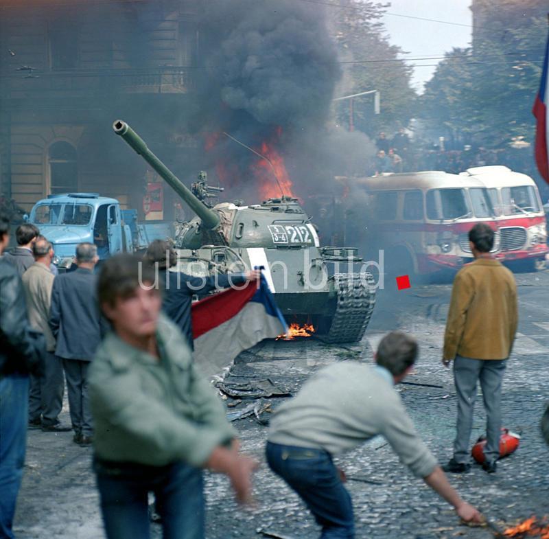Niederschlagung des Prager Frühlings in der Tschechoslowakei durch den Einmarsch sowjetischer Truppen am 21. August 1968