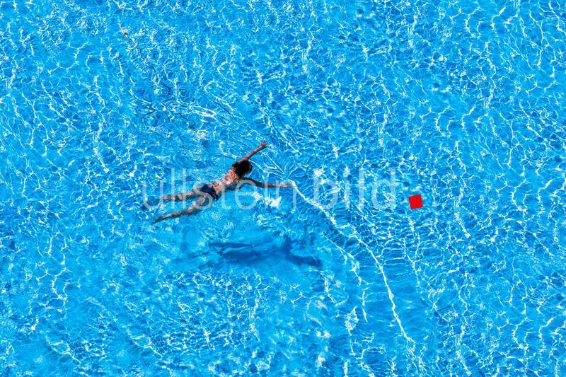 Frau schwimmt in Pool und macht Fitness und Bewegung. Training durch Ausdauer für Her und Kreislauf.