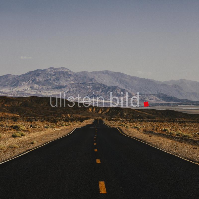 USA, Death Valley, Empty road through Death Valley National Park