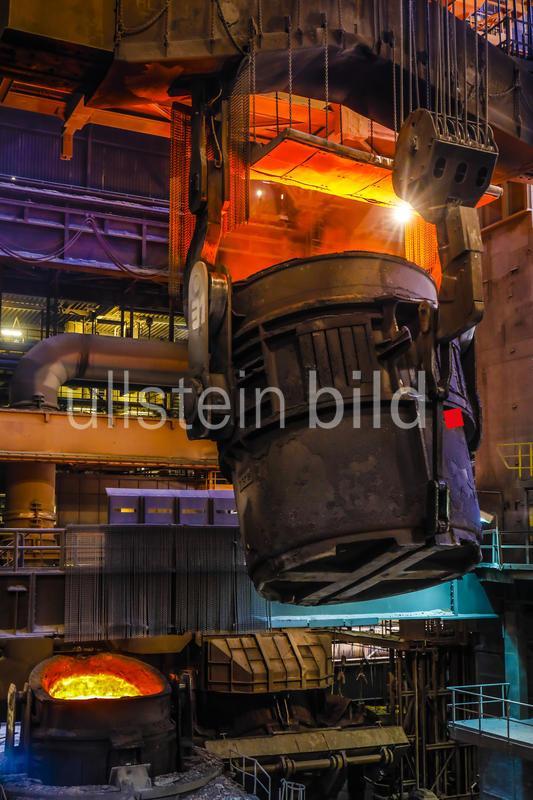 22.05.2019, Duisburg, Ruhrgebiet, Nordrhein-Westfalen, Deutschland - ThyssenKrupp Steel Europe, Stahlproduktion im Huettenwerk, hier im Stahlwerk wird 1.500 Grad heisses Roheisen gemischt mit Altmetall und chemischen Zusaetzen zum Rohstahl. 00X190522D022CARO