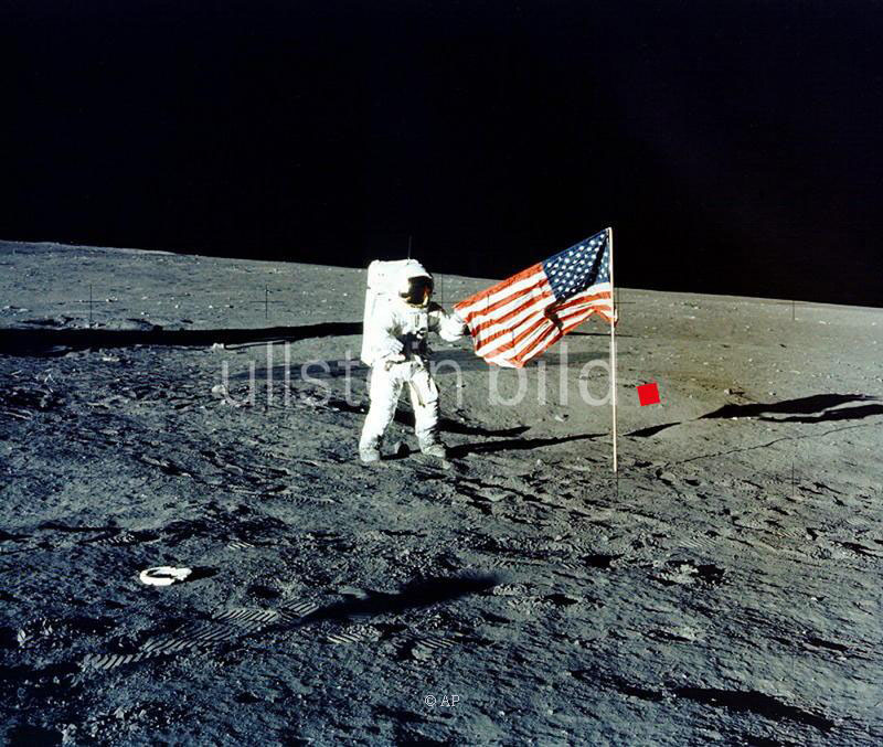"""Commander Charles """"Pete"""" Conrad hisst auf dem Mond die US-amerikanische Flagge"""