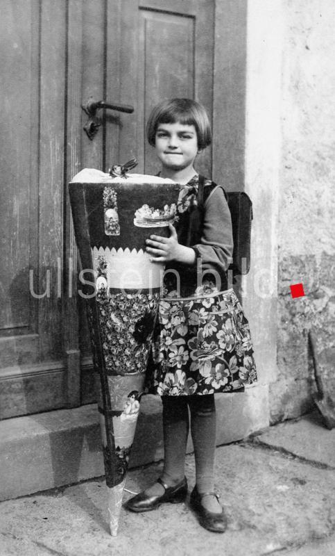 Schule, Einschulung: Maedchen mit Schultuete  - um 1920