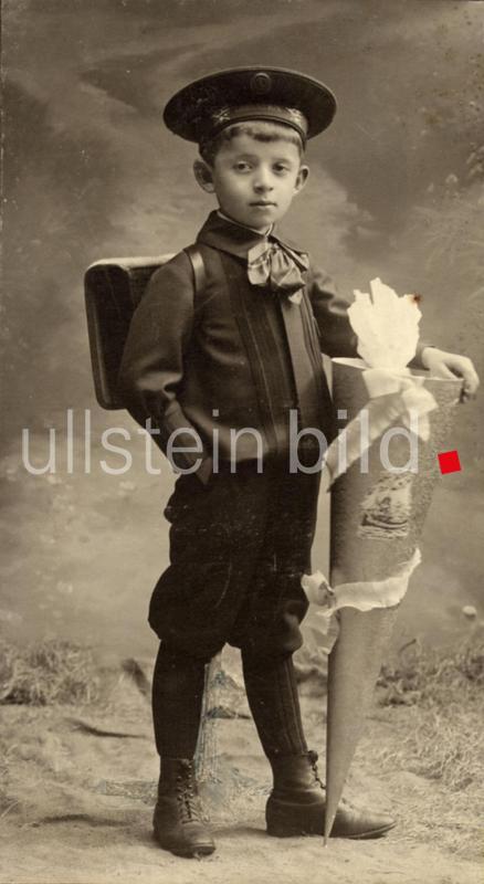 Schule, Einschulung, Schulanfaenger mit Schultuete, Atelieraufnahme,   - 19.4.1909