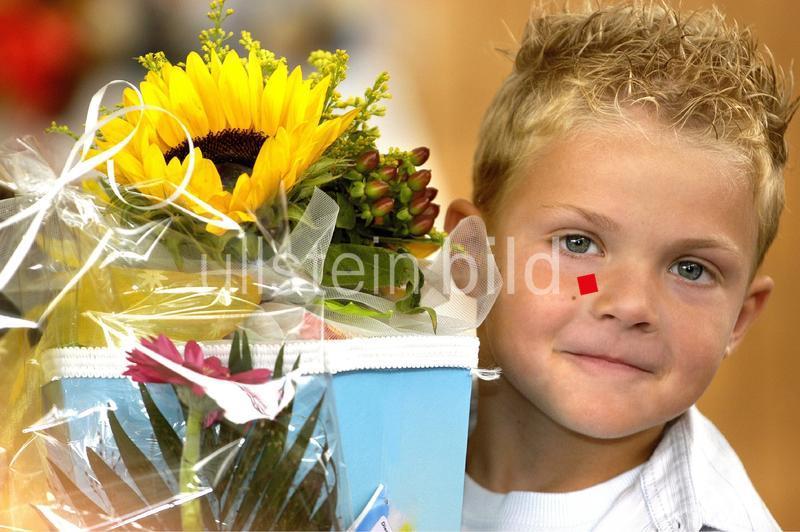 Deutschland, Brandenburg - erster Schultag in einer Grundschule, Junge mit Schultüte - 06.08.2005 -