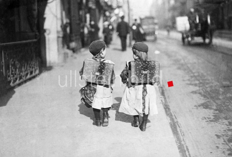 """Erstklaessler auf dem Schulweg wahrscheinlich Berlin - Friedenau  um 1907 Foto: Filip Kester  """""""