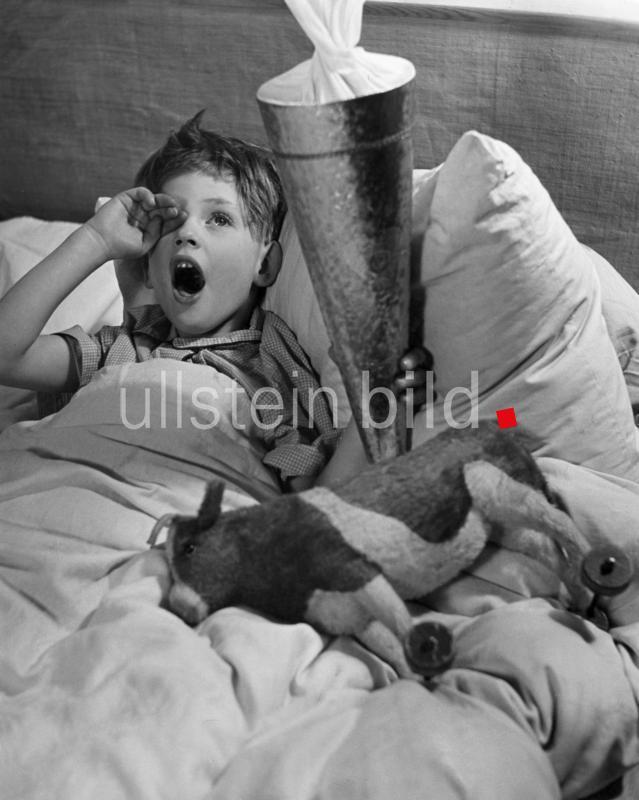 """Deutschland Bayern Muenchen Serie: Der erste Schultag Ein Schueler an seinem ersten Schultag an der Tafel, er zeichnet einen Ball.  - Maerz 1954 - erschienen in der """"Sonntags Illustrierte"""" (Mai 1954) Fotograf: Kurt Schraudenbach"""
