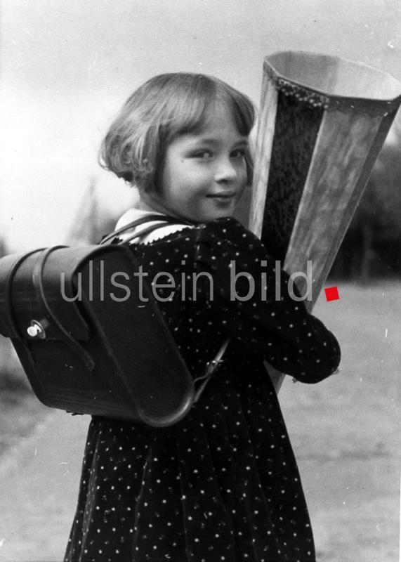 Kinderbilder Maedchen mit ihrem Ranzen und einer Schultuete am ersten Schultag - 1938 - Erschienen in: 'Berliner Morgenpost' 21.04.1938 Originalaufnahme im Archiv von ullstein bild