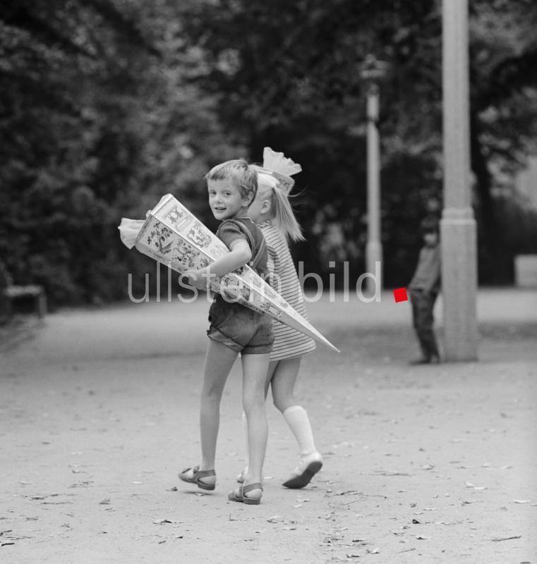 BERLIN 04.09.1971 Einschulung in Berlin - Prenzlauer Berg.