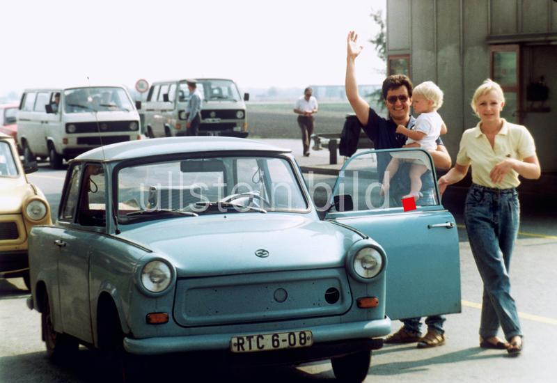 Eine Familie aus der DDR hat mit ihrem Trabi am 11. September 1989 die ungarisch-östereichische Grenze überquert. Über 10.000 DDR-Bürger kamen in den ersten 24 Stunden nach Öffnung der ungarischen Grenze über Österreich in die Bundesrepublik Deutschland. |
