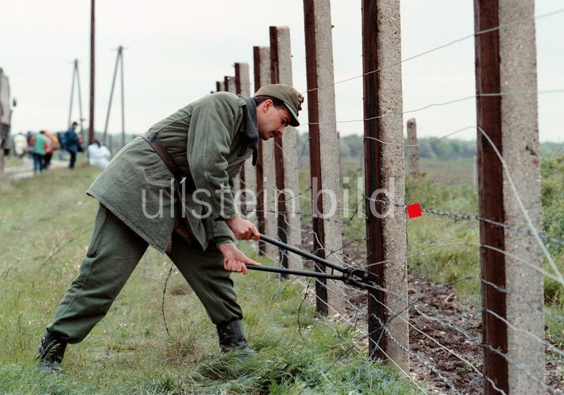 Demontage des Grenzzauns nahe Nickelsdorf (Österreich) und Hegyeshalom (Ungarn). Angehörige der ungarischen Grenztruppe haben am 2. Mai 1989 damit begonnen, die Sperranlagen an der ungarisch-österreichischen Grenze zu entfernen.