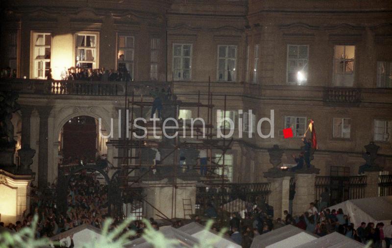 Die westdeutsche Botschaft in Prag am 30. September 1989 waehrend der Ansprache des damaligen Bundesaussenministers Hans-Dietrich Genscher auf dem  Balkon der deutschen Botschaft im Palais Lobkowitz.