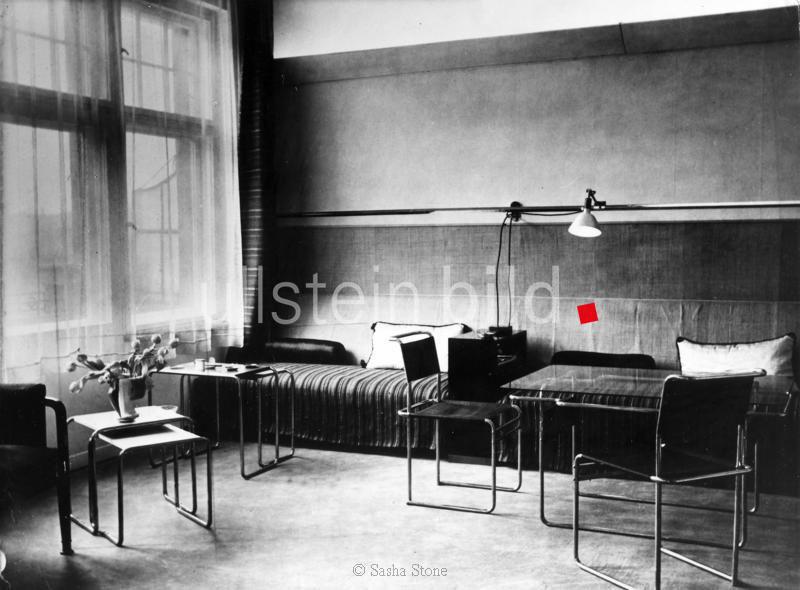 *17.12.1893-30.03.1966+ Regisseur, Theaterleiter; D  Sitzecke im Wohnzimmer mit Möbeln von Marcel Breuer  Foto von Sasha Stone 1928