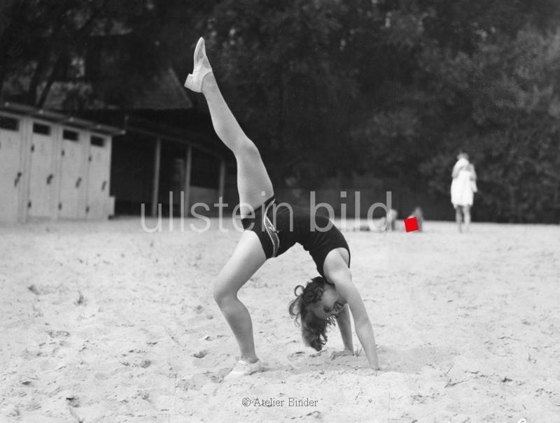 Harvey, Lilian - Schauspielerin, Saengerin, D / Grossbritannien - *19.01.1906-27.07.1968+ macht eine Bruecke am Strand - 1929 - Aufnahme: Atelier Binder Originalaufnahme im Archiv von ullstein bild