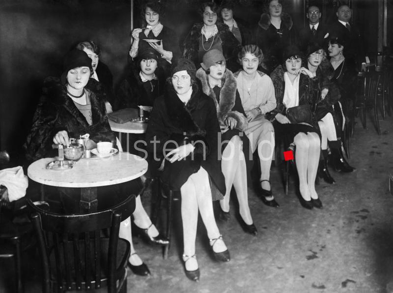 Deutsches Reich, Freistaat Preussen (1918-1945), Berlin: Models / Mannequins Mannequins warten auf einen Job in der Mannequin-Börse in der Lindenstrasse in Berlin - 1929 - Originalaufnahme im Archiv von ullstein bild