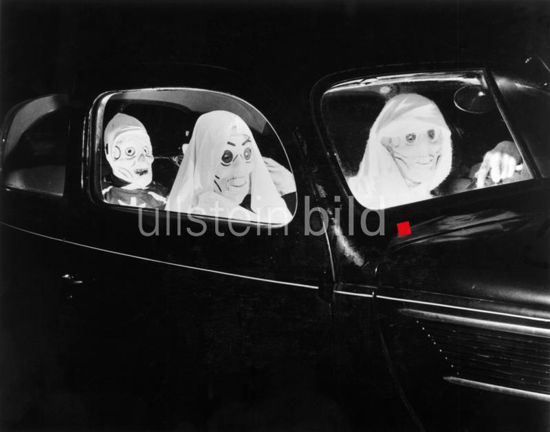 USA, Volksbraeuche Halloween-Day (31.10./1.11.) : Kostümierte Personen in einer Limousine auf dem Weg zu einer 'Halloween - Party'. o.O. 1938