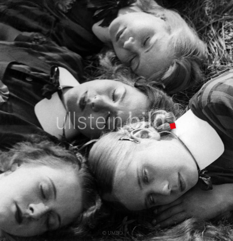 Deutscher Film in den 1930er Jahren Szene aus dem Film 'Maedchen in Uniform' Vier liegende Maedchenkoepfe - erschienen: 'Uhu' 12/1931 Regie: Leontine Sagan, Carl Froelich Deutschland 1931 - Aufnahme: UMBO Originalaufnahme im Archiv von ullstein bild