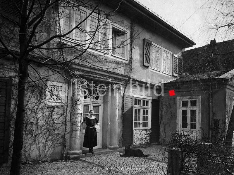 Porten, Henny *07.01.1890-15.10.1960+ Schauspielerin, D  - vor ihrem Haus in Berlin-Dahlem  - 1922  Aufnahme: Waldemar Titzenthaler  - Erschienen in 'Die Dame' 14/1922