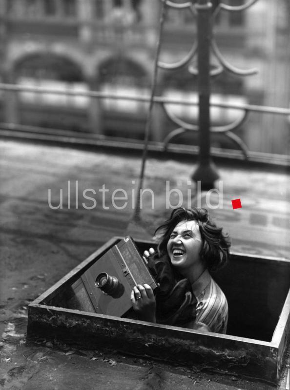 """""""Weil halb Bonn mit dem Coverfoto der Ausstellung 'Fotografie in der Weimarer Republik' (Landes Museum Bonn) plakatiert ist und der  Katalog dazu mitdem Deutschen Fotobuchpreis ausgezeichnet wurde."""" Foto: 1929/ B. Federmeyer"""