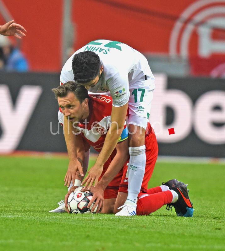 """""""Mein Ball, dein Ball."""" Nuri Sahin (Werder Bremen) und Adam Bodzek (Fortuna Düsseldorf). Foto: Horstmueller"""