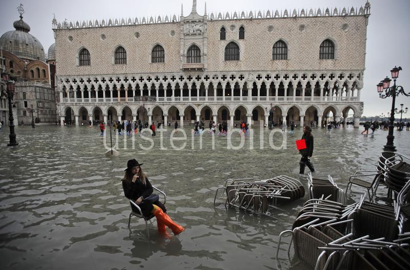 """Unfreiwillig nasse Füße.""  Foto: AP/Luca Bruno"