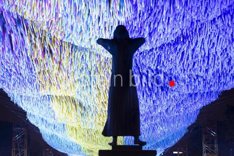 """""""30 Jahre Mauerfall: 'Der Rufer', von Gerhard Marcks trifft auf Kunstinstallation 'Visions in Motion'. Freiheit und Demokratie sind unser höchstes Gut und die friedliche Revolution 1989 darf nicht vergessen werden."""" Foto: Rolf Zoellner"""