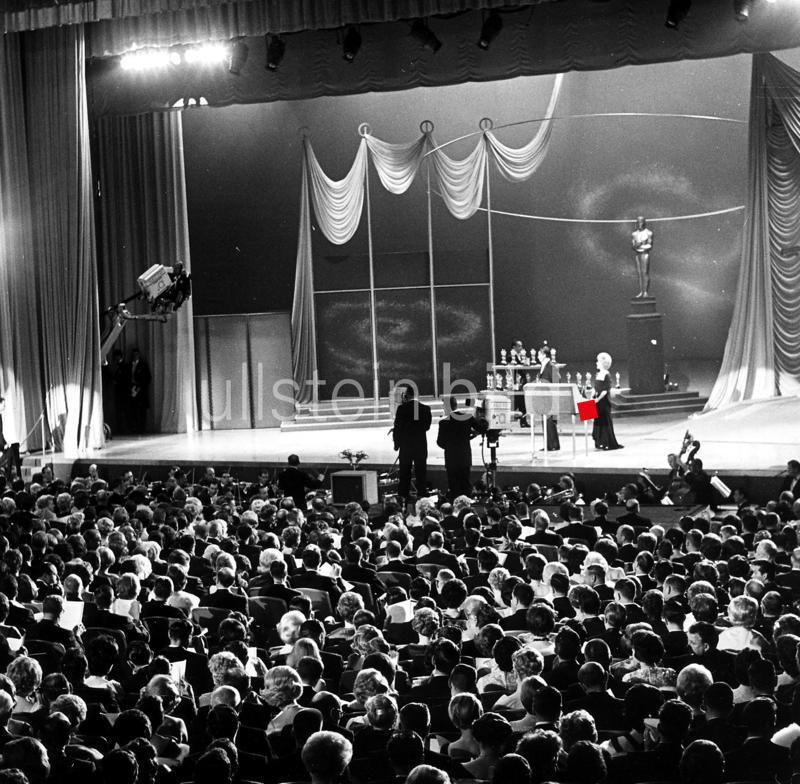 USA Santa Monica Oscar-Verleihungen in Hollywood Die 'Oscar' - Zeremonie auf der Buehne des Civic Auditorium in Santa Monica, Kalifornien - 1960er Jahre - Originalaufnahme im Archiv von ullstein bild