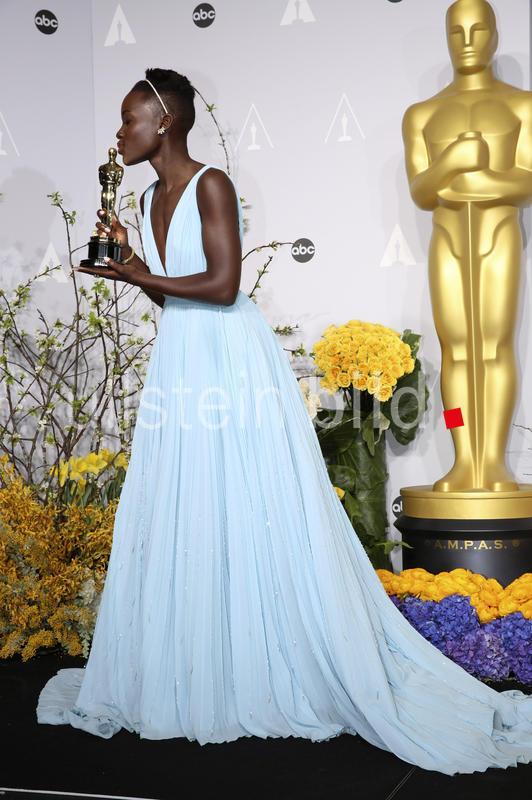 Schauspielerin Lupita Nyong'o mit dem Oscar als beste Nebendarstellerin in dem Film -12 YEARS A SLAVE- anlässlich der Oscar Verleihung 2014 / 86th Academy Awards  im Dolby Theatre, Hollywood in Los Angeles