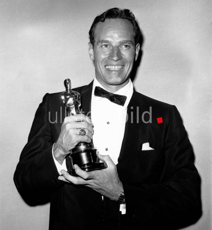 """Heston, Charlton - Schauspieler, USA - mit dem """"Oscar"""" als bester Schauspieler in """"Ben Hur"""" - 32. Oscarverleihung - 04.04.1960  AP"""