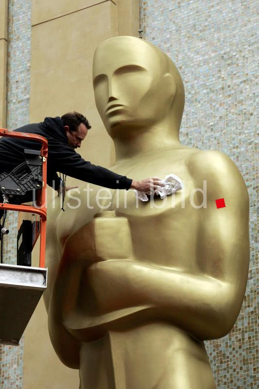 USA - Los Angeles: 81. Oscarverleihung in Hollywood: Ein Arbeiter putzt eine ueberlebensgrosse Oscarstatue - 22.02.2009  AP