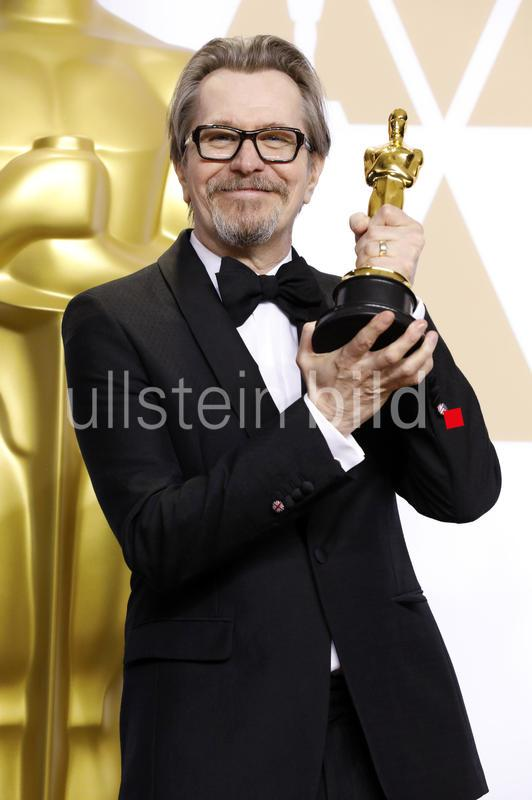Schauspieler Gary Oldman mit mit dem Oscar für den besten Hauptdarsteller in dem Film 'Die dunkelste Stunde / Darkest Hour' im Press Room der Oscar Verleihung 2018 / 90th Annual Academy Awards im Hollywood & Highland Center in Los Angeles,