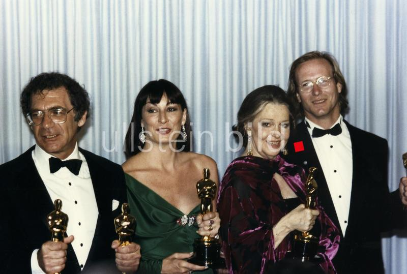 Sydney Pollack, Angelica Huston, William Hurt at the 58th Annual Academy Awards, 1986