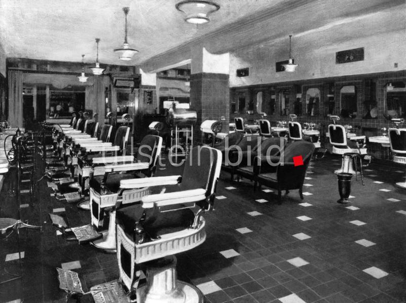 Der grosse Frisier- und Handpflege-Salon des New-Bismarck-Hotels in Chicago, USA 1927.  1927
