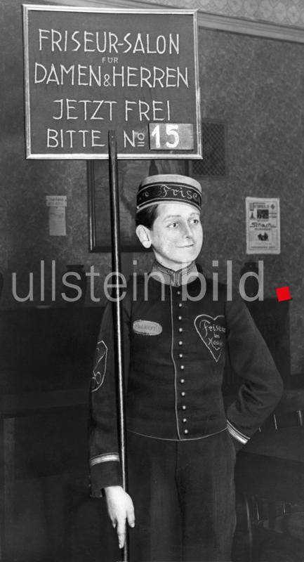 Nummernausgabe und Aufruf in einem Friseursalon fuer Damen und Herren, Berlin, Deutschland 1929.