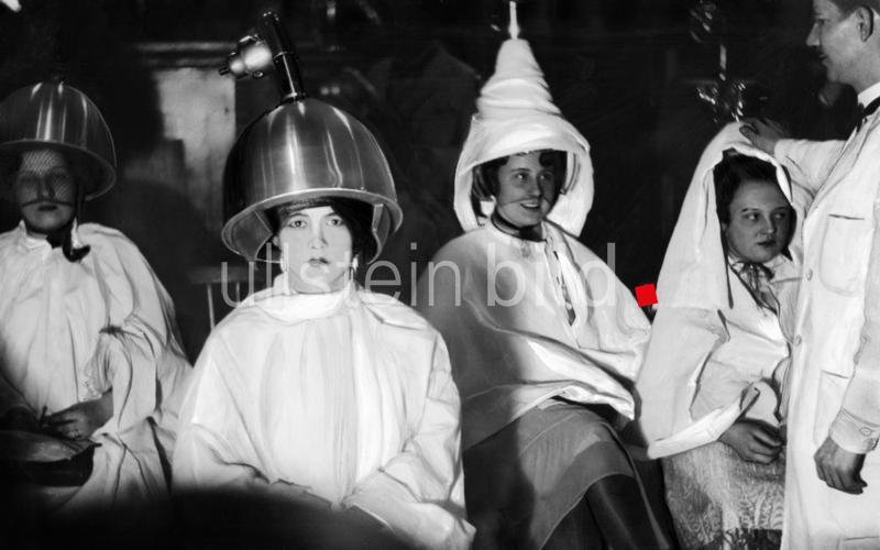 Junge Frauen unter Trockenhauben,  Deutschland 1930.