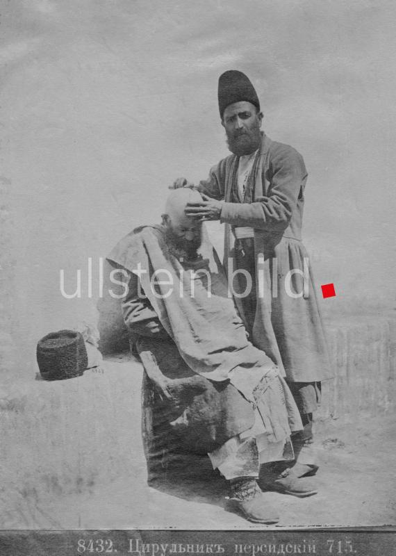 Barbier rasiert einem Mann den Kopf, Persien, Asien, Datum unbekannt.