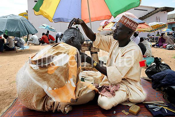 Friseur auf dem Markt in Ngaoundéré, Kamerun, Afrika 2012.
