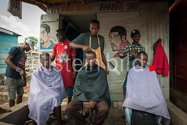 Friseursalon auf einem Strassenmarkt in Bo, Sierra Leone, Afrika 2013.
