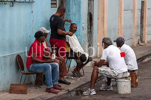 Strassenfriseur im Zentrum von Havanna, Kuba, Mittel Amerika 2013