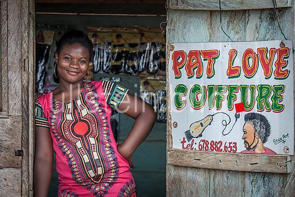 Friseurin wartet auf Kunden in Campo, Kamerun, Afrika 2016.
