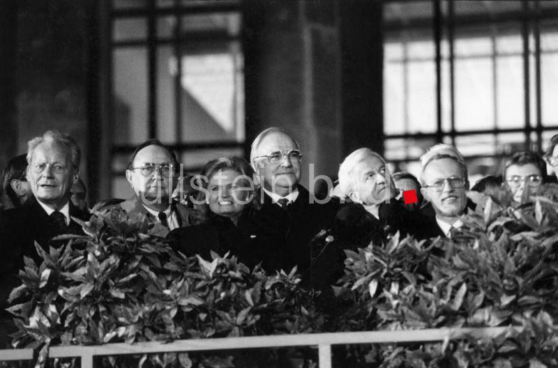 Festakt zum offiziellen Inkrafttreten der Einheit Deutschlands in der Nacht vom 2. auf den 3. Oktober 1990, auf den Stufen des Reichstags v.l. Willy Brandt, Hans Dietrich Genscher, Hannelore und Helmut Kohl, Richard von Weizsäcker, Lothar de Maiziere