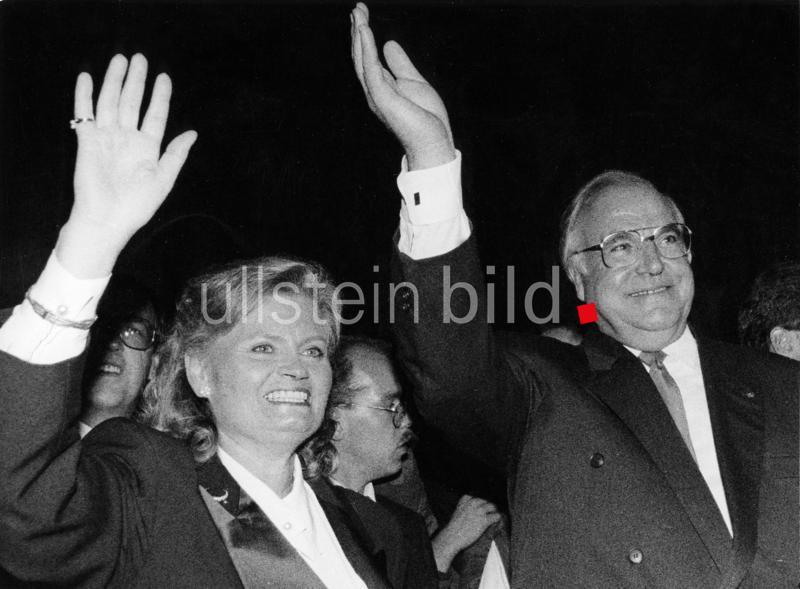 Empfang der Präsidentin des Deutschen Bundestags im Reichstagsgebäude: Bundeskanzler Helmut Kohl mit Ehefrau Hannelore